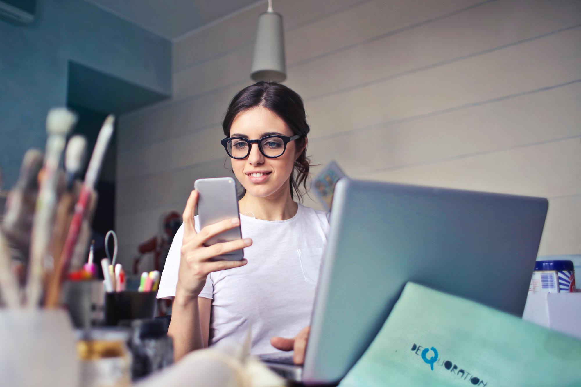 Frau arbeitet mit Zeiterfassungs-App